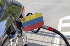 Vlag van Venezuela op de de vullerklep van de auto` s brandstof stock fotografie