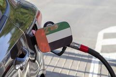 Vlag van Verenigde Arabische Emiraten op de de vullerklep van de auto` s brandstof stock foto's