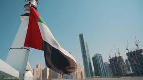 Vlag van Verenigde Arabische Emiraten tegen blauwe hemel stock videobeelden