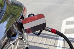 Vlag van Yemen op de de vullerklep van de auto` s brandstof stock afbeelding
