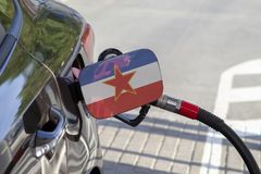 Vlag van Yougoslavie op de de vullerklep van de auto` s brandstof royalty-vrije stock fotografie