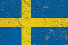 Vlag van Zweden op gebarsten vuile muur wordt geschilderd die Nationaal patroon op uitstekende stijloppervlakte stock illustratie