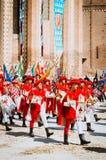 Vlag-wankelt van de districten en de trompetter in middeleeuwse parade Stock Fotografie
