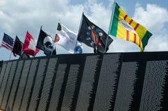 Vlaggen boven het de oorlogsgedenkteken van Vietnam Stock Foto's