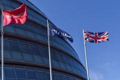 Vlaggen buiten het Zuidenbank van stadhuislonden royalty-vrije stock foto's