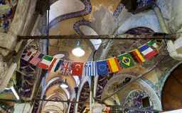 Vlaggen in de grote bazaar in Istanboel. Stock Afbeelding