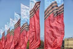 Vlaggen die in de wind golven stock foto's