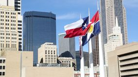 Vlaggen die op Dallas van de binnenstad golven stock footage