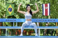 Vlaggen die van Brazilië en Costa Rica door mooi sexy meisje worden gehouden royalty-vrije stock afbeelding