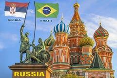 Vlaggen die van Korea Servië en Brazilië door twee strijders op een standbeeld worden gehouden royalty-vrije stock afbeelding