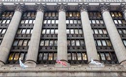 Vlaggen en Kolommen bij de Massieve Bouw van Chicago Royalty-vrije Stock Afbeelding
