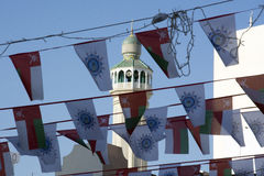 Vlaggen en minaret bij habour in Oman Royalty-vrije Stock Foto