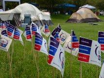 Vlaggen en tenten bij Relais voor de gebeurtenis 2013 van het Levensann arbor Stock Afbeeldingen