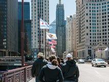 Vlaggen en toeristen op het Ave van Michigan Brug in Chicago Stock Fotografie
