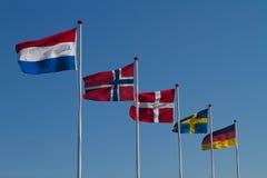 Vlaggen op blauwe hemel Stock Afbeelding