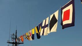Vlaggen op een oorlogsschip stock video