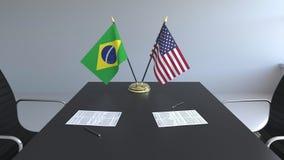 Vlaggen van Brazilië en de Verenigde Staten en documenten op de lijst Onderhandelingen en het ondertekenen van een internationale stock videobeelden