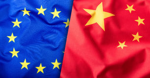 Vlaggen van China en de Europese Unie De Vlag van China en de EU-Vlag De sterren van de vlagbinnenkant Het concept van de wereldv Stock Fotografie