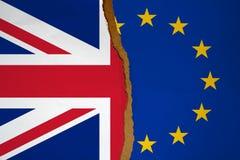 Vlaggen van de Europese die Unie en het Verenigd Koninkrijk in de helft wordt gescheurd Brexitconcept royalty-vrije stock afbeeldingen