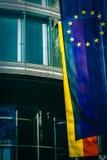 Vlaggen van de Europese Unie en Duitsland buiten een Bureau in München, Duitsland royalty-vrije stock fotografie