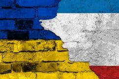 Vlaggen van de Oekraïne en de Krim op een geweven bakstenen muur Royalty-vrije Stock Fotografie