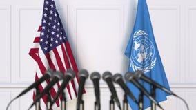 Vlaggen van de V.S. en de Verenigde Naties op internationale bijeenkomst of conferentie Het redactie 3D teruggeven Royalty-vrije Stock Afbeelding