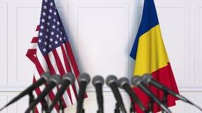 Vlaggen van de Verenigde Staten en Roemenië bij internationale bijeenkomst of onderhandelingenpersconferentie 3D animatie stock footage