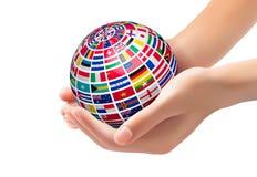 Vlaggen van de wereld op een bol, in handen worden gehouden die royalty-vrije illustratie