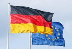 Vlaggen van Duitsland en Europa Stock Fotografie