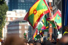Vlaggen van Grenada en Dominica bij Notting-Heuvel Carnaval Royalty-vrije Stock Foto's
