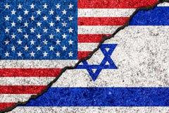 Vlaggen van Israël en de V.S. op gebarsten muurachtergrond/Israe die wordt geschilderd royalty-vrije illustratie