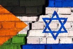 Vlaggen van Palestina en Israël op de bakstenen muur met grote barst in het midden Symbool van problemen tussen landen royalty-vrije stock foto