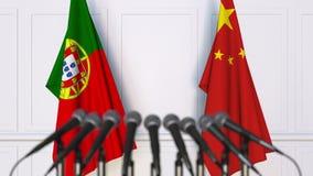 Vlaggen van Portugal en China op internationale bijeenkomst of conferentie het 3d teruggeven Royalty-vrije Stock Foto's