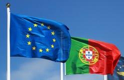 Vlaggen van Portugal en de EU in de zon Royalty-vrije Stock Foto