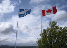 Vlaggen van Quebec en Canada Stock Fotografie
