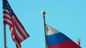 Vlaggen van Rusland en Verenigde Staten op blauwe hemelachtergrond stock video