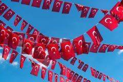 Vlaggen van Turkije over blauwe hemelachtergrond royalty-vrije stock foto's