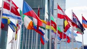 Vlaggen van verschillende landen die in wind golven stock videobeelden