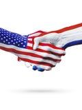 Vlaggen Verenigde Staten en de landen van Nederland, vennootschaphanddruk Stock Foto