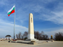Vlaggestok met Bulgaarse nationale vlag Stock Foto