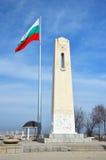 Vlaggestok met Bulgaarse nationale vlag Stock Fotografie