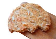Vlak brood met bacon en karwijzaden stock foto's