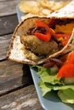 Vlak brood met Falafel en Hummus Stock Afbeeldingen