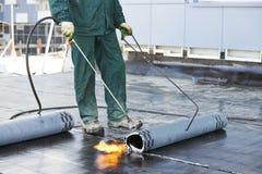 Vlak dak dat de gevoelde reparatiewerken behandelt met dakwerk stock foto