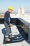 Vlak dak dat de gevoelde werken behandelt met dakwerk royalty-vrije stock foto's