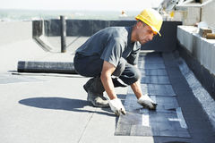 Vlak dak dat de gevoelde werken behandelt met dakwerk Royalty-vrije Stock Foto