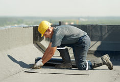 Vlak dak dat de gevoelde werken behandelt met dakwerk Stock Fotografie