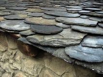 Vlak dak dat met natuurlijke steen wordt bedekt Royalty-vrije Stock Afbeeldingen
