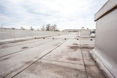 Vlak dak met dakwerk stock afbeelding