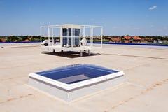 Vlak dak op industriële zaal Stock Fotografie